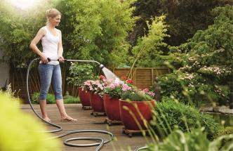 Zahradní hadice s teleskopickou multifunkční sprchou for_q umožňuje pohodlné zalévání zavěšených květináčů, vzdálených či hůře dostupných záhonů, rosení terasy i zavlažování travních ploch