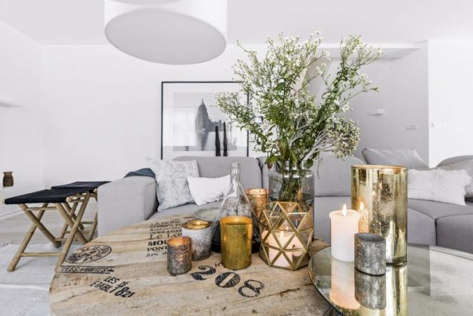 Stylově vhodně interiér doplňují sošky z Papuy-Nové Guiney, kamenné svícny, indické dřevěné vázy i keramické čínské vázy