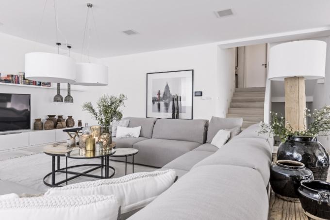 Pohodlí před televizorem rodině zajišťuje prostorná sedací souprava (Pinton)