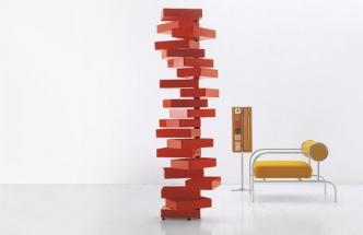 Flexibilní ikonická komoda Revolving Cabinet s dvaceti zásuvkami, akrylát, 185 x 36 x 25 cm, design Shiro Kuramata, Cappellini, cena 64 844 Kč, www.konsepti.com