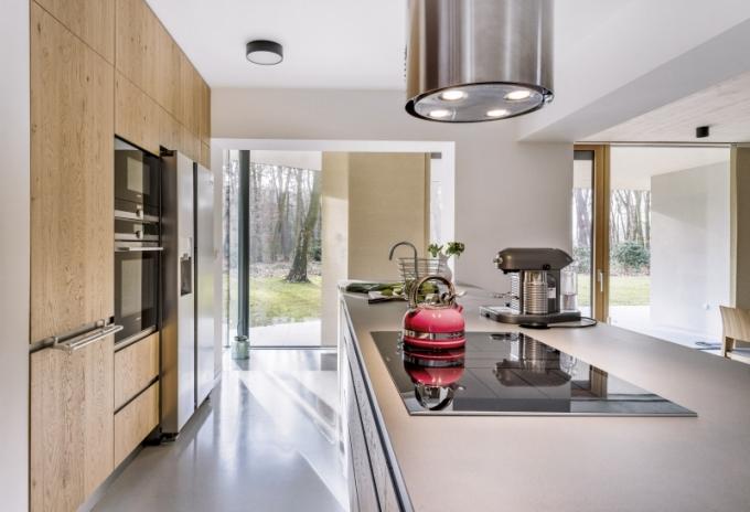 Kuchyň na míru z kuchyňského studia Sykora je vyrobena z dubového dřeva