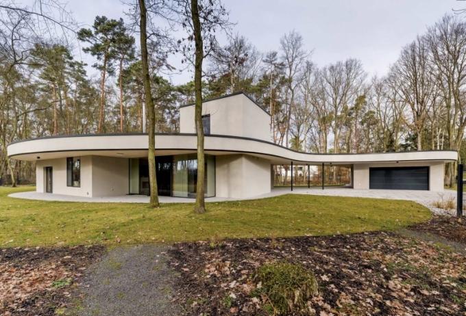 Architektura může být fascinující. Lesní vila protéká mezi stromy, při pohledu shora připomíná tvar pulce