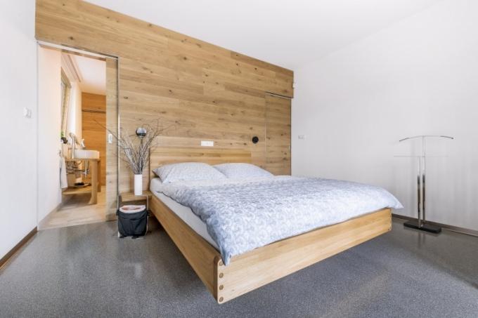 Volně stojící nábytek byl převážně pořízen od slovenského výrobce dřevěného nábytku Javorina, kterého manželé objevili na jedné z pražských designových výstav