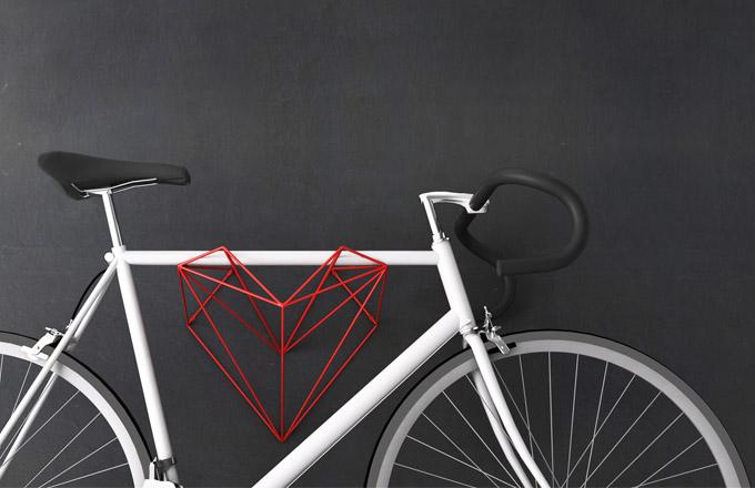 Držák na kolo Srdce, svařovaná ocel, povrchová úprava prášková barva, 45 x 44 x 33 cm, vzdálenost osy kola od stěny 27 cm, nosnost 25 kg, cena 3 600 Kč, WWW. MARTINFORET. CZ