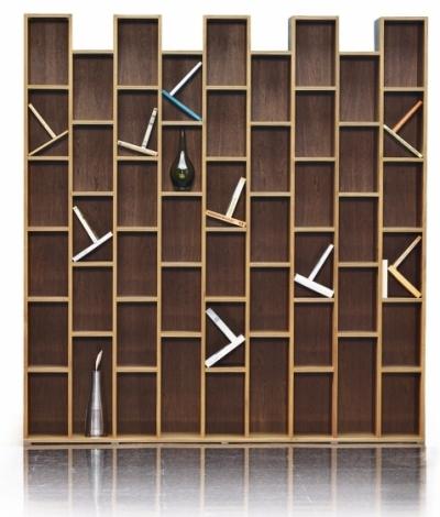 Ukázkou úspěšného slovenského designu je knihovna Wall v provedení mořený buk, design Ivan Čobej, Brik, cena 47 142 Kč, WWW.BRIK.CZ, WWW.BRIK.SK