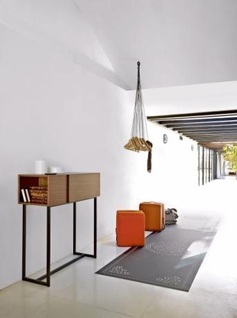 Konzolový stolek Wall Figure, černě lakovaný kov, dýha z amerického ořechu, zrcadlová přední strana, design Frederic Ruyant, Ligne Roset, cena 43 792 Kč, WWW. LIGNE-ROSET. CZ