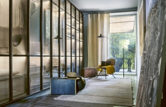 Šatní skříň Dandy, černě lakované kovové rámy různých rozměrů, čiré, bronzové či lakované sklo v 10 barvách, také textilní sítotisk či dekorativní textilie, bohaté vnitřní vybavení, Lema, cena na dotaz, WWW. STOCKIST. CZ