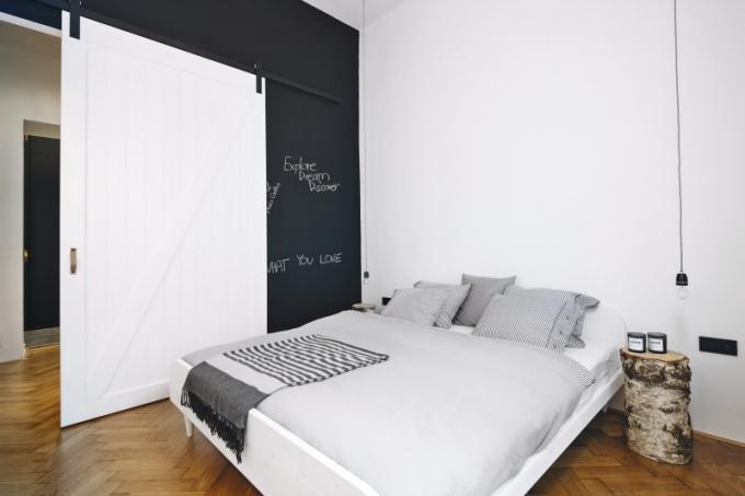Elementární doplňky dotvářejí mladistvou atmosféru v interiéru, například noční stolky jsou vyrobeny ze špalků, které si klientka dovezla z chalupy