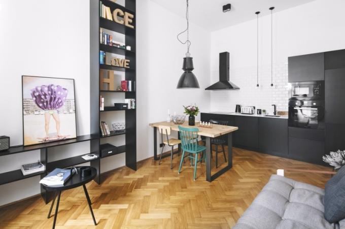 Jídelní zóna je vybavena na míru vyrobeným stolem, doplněna o kombinaci židlí od českého výrobce Ton a židlí ze školních lavic
