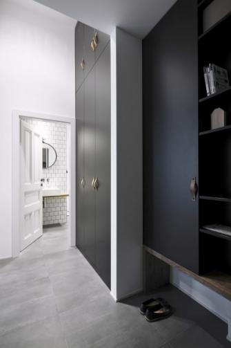 Nábytek na míru jako ideální řešení pro maximální využití prostoru, atraktivní autorské kování v podobě kožených poutek