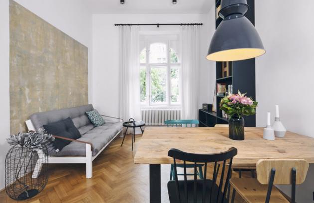 Autorky realizace se rozhodly zachovat symboly historie domu a prvky typické pro architekturu staré Prahy. Pohodlné zázemí poskytne pohovka od výrobce Karup