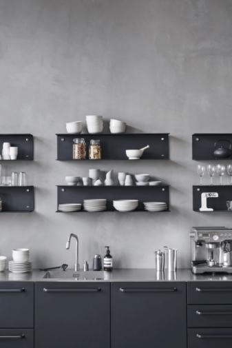 Modulární ocelová kuchyň je dostupná pouze v černé barvě. Vlastní kompozici z preferovaných modulů si lze sestavit na speciálním konfigurátoru výrobce a zaslat ji do Stockistu ke kalkulaci ceny. Výrobce nabízí také sklenice, talíře, podnosy a další nezbytné doplňky, které jsou s kuchyní v dokonalém souladu