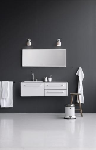 Nástěnný koupelnový modul Vipp je dostupný ve třech velikostech a pouze v bílém provedení, práškově lakovaná ocel, vrchní deska z Corianu, cena od 104 350 Kč, WWW.STOCKIST.CZ