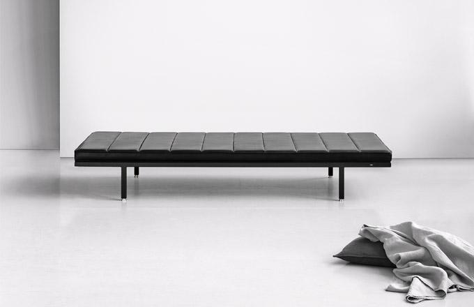 Lehátko Vipp461, rám z černého hliníku, anilinová kůže, 200 x 31,5 x 85 cm, cena na dotaz, WWW.STOCKIST.CZ