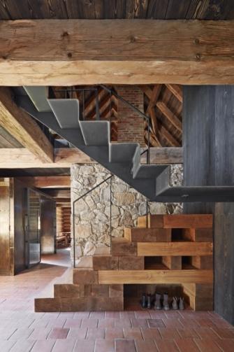 Cílem architektky byla přirozenost spíš než dokonalé formální napodobení. Nové prvky jsou tedy především v interiérech dobře patrné, vyrobeny jsou však z materiálů, které sem dobře zapadají. Převládá masivní dřevo, kámen a tmavá surová ocel