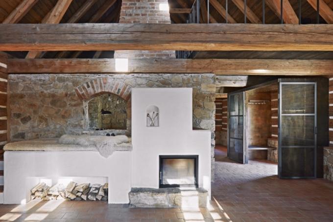 Většina konstrukcí roubené chalupy musela být z technických důvodů nahrazena, přesto je řešena tradičněji než zachovalejší stodola. Interiér je tmavší a uzavřenější, jak to u podobných stavení bývalo. Světnici dominuje pec s vyhřívaným místem na ležení