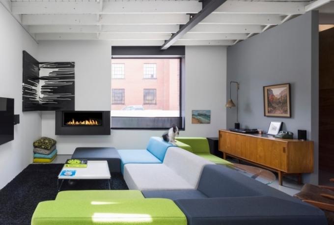 Vintage kousky nábytku v obývacím pokoji zdědil majitel po svém otci.