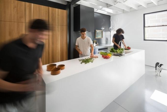 Ostrůvek je z umělého kamene Corian, varná deska z nerezové oceli, kuchyňská skříňka a stůl z masivního bílého dubu.