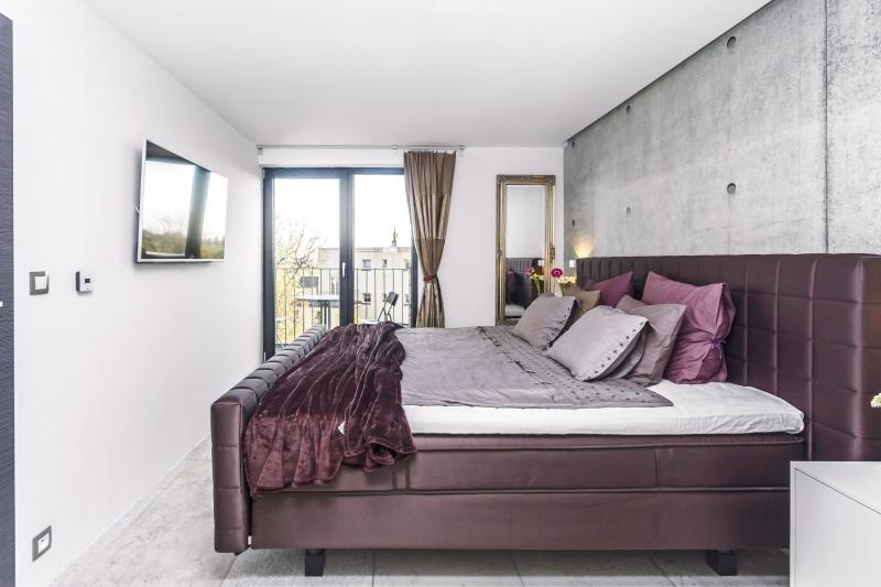 Do ložnice si majitelé dopřáli kontinentální postel, na které prý spí i nizozemská královna. Pro Anife je hodně vysoká a tak do postele ráda naskakuje