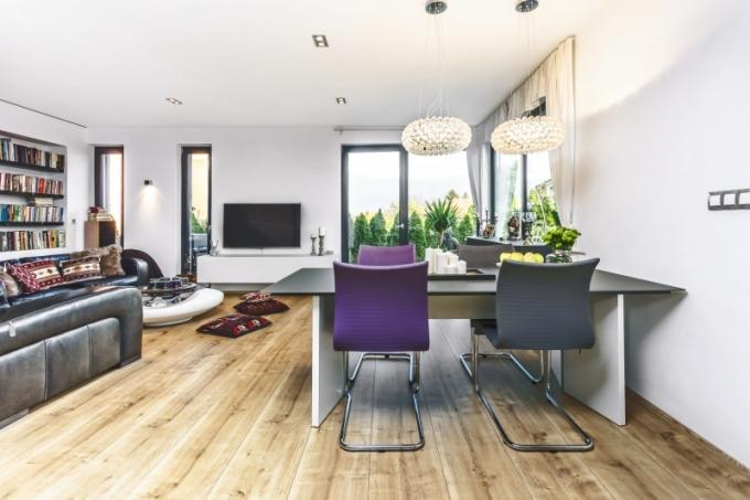 V prvním patře domu je velká světlá hala s obývákem, jídelnou a částečně oddělenou kuchyní. Z tohoto prostoru je přímý vstup na terasu a zahradu