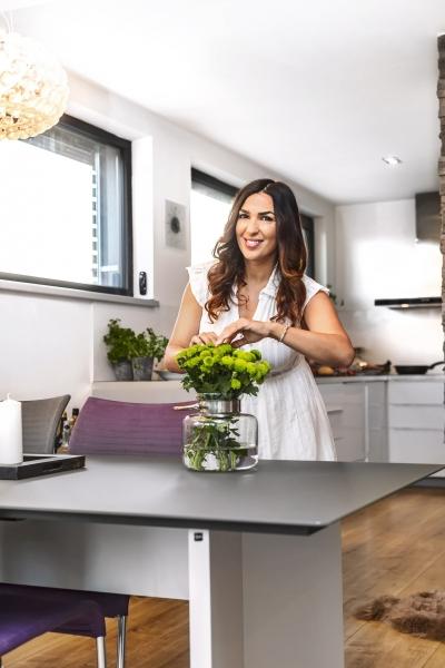 V kuchyni ráda kraluje paní domu, partner zase rád a dobře griluje na terase. Kdyby byla kuchyň prostornější s nižšími okny, kterými by Anife viděla do zahrady, byla by spokojenější