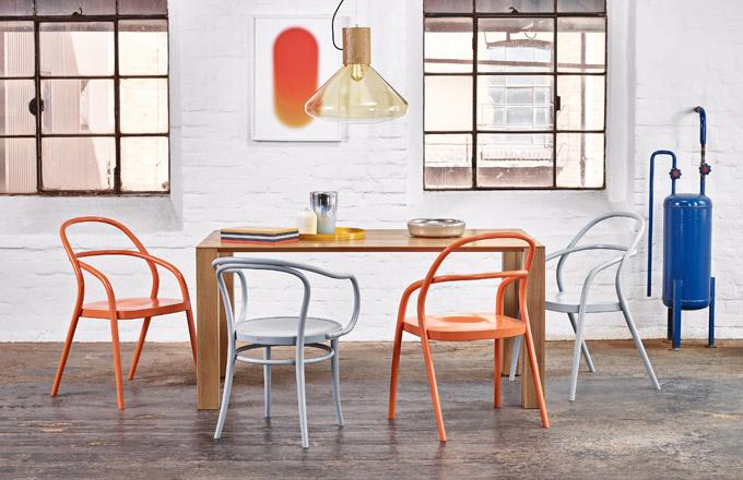 Redesignem klasické židle č. 14 značky Ton je křesílko 002 z ohýbaného masivu, design Jaroslav Juřica, cena 6 210 Kč, www.ton.cz
