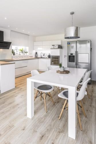 Prostor kuchyně je vymezen již samotným umístěním kuchyňské linky do tvaru písmene C