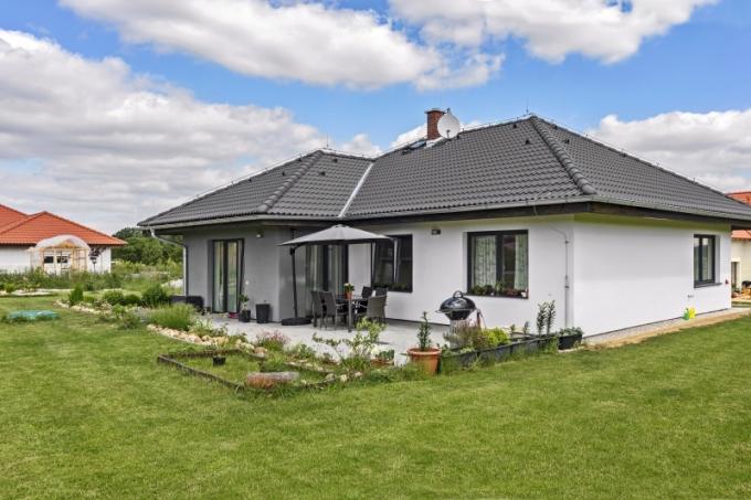 Po obvodě celého domu je patrný zvětšený přesah střechy, který chrání stěny před deštěm, zároveň stíní prosklené plochy, vchod do domu i prostor terasy před sluncem