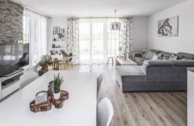 Obytné části hlavní místnosti dominuje variabilní sedací souprava šedé barvy s velkým úložným prostorem. Velkou výhodou sedací soupravy je odolný teflonový potah