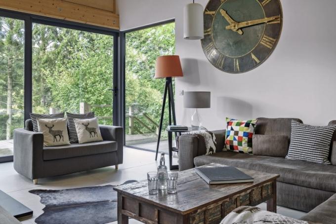Pokud počasí neumožní večerní relaxaci pod hvězdami na terase, postarají se v obývacím prostoru o příjemné teplo krbová kamna