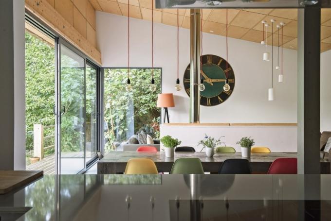 V interiérech zařízených v módním ekletickém stylu se prolínají moderní prvky s tradičními. Masivní stoly dopňují ikoncké židle Eames od Vitry