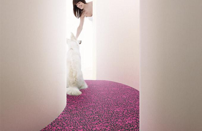Kolekce Flotex Sottsass je výsledkem mimořádně tvůrčí spolupráce společnosti Forbo Flooring a milánského studia Sottsass Associati, které založil slavný italský architekt a designér Ettore Sottsass. Dekory tvoří nepravidelné organické formy v široké škále barev. Podlaha je výjimečná nejen po estetické, ale také po technické stránce. Sametový vinyl Flotex je velmi odolný, snadno se udržuje, na omak je teplý a má výborné akustické vlastnosti srovnatelné s textilními krytinami. Navíc je hygienický a už z výroby je opatřen přípravkem zajišťujícím trvalou ochranu proti mikroorganismům, zabraňuje také vývoji roztočů v domácím prachu. WWW.FORBO-FLOORING.CZ