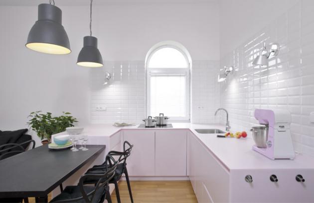 Kuchyň je součástí obývacího prostoru, od kterého ji opticky dělí jídelní stůl. U stolu jsou pohodlné plastové židle Masters značky Kartell