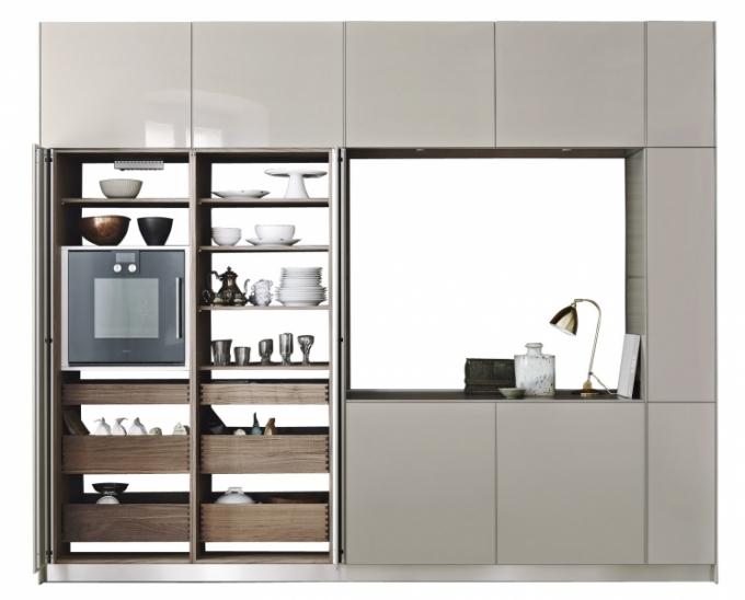 Sofistikovaná řešení plně vybavených uzavíratelných kuchyní nabízí německý výrobce Bulthaup, WWW. BULTHAUP. COM