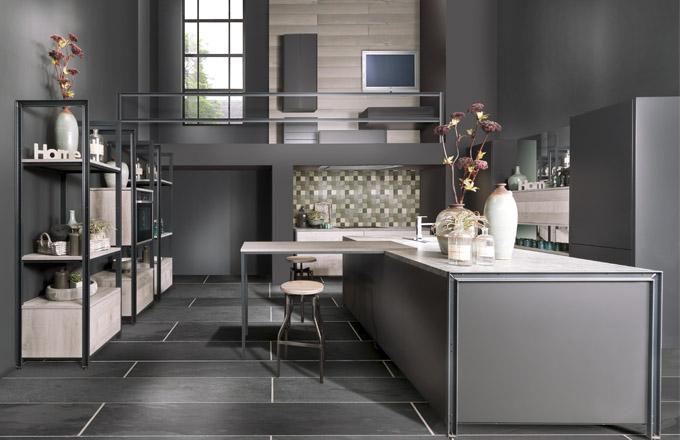 V sestavě Bauformat jsou elegantně sladěné světle lakované plochy kuchyně Girona s dýhovaným povrchem kuchyně Westray a černými ocelovými rámy, WWW. ORESI. CZ