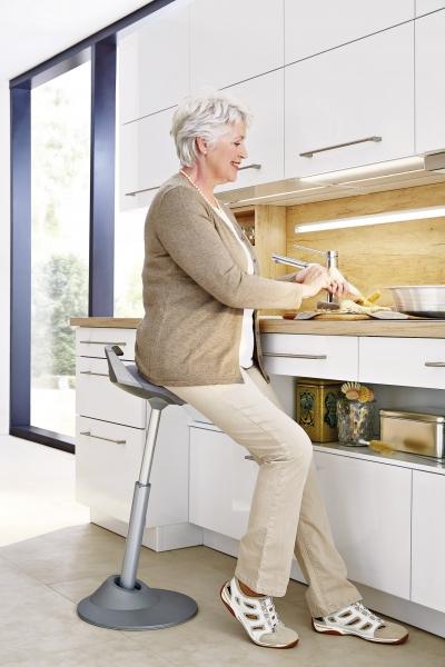 U této sestavy mají spodní skříňky ve spodní části menší hloubku, aby bylo možné u pracovní desky pohodlně sedět, WWW. BALLERINAKUCHYNE. CZ