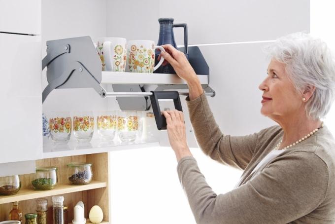 I standardní kuchyňský nábytek je možné doplnit různými sofistikovanými prvky, které usnadní jeho používání nebo zajistí lepší dostupnost. U horní skříňky kuchyně Ballerina je použitý systém Liftboy, který vnitřní polici lehce přemístí do nižší úrovně
