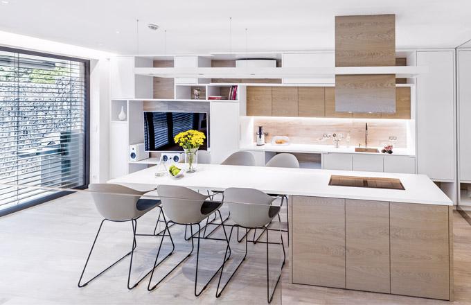 Kuchyňská linka je vyrobená z MDF desky v matné úpravě a dýhovaného dubu, který se promítá na podlaze napříč celým interiérem. Vybaveno spotřebiči značky Siemens