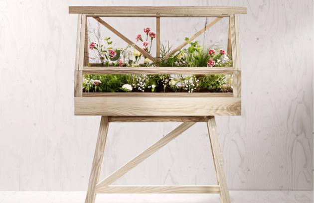 Interiérový skleník Greenhouse (Design House Stockholm), 2 velikosti, jasanové dřevo, možnost usazení volně nebo na podstavci, 2 barevné verze, cena podle velikosti od 7 154 Kč, WWW. DESIGNBUY. CZ