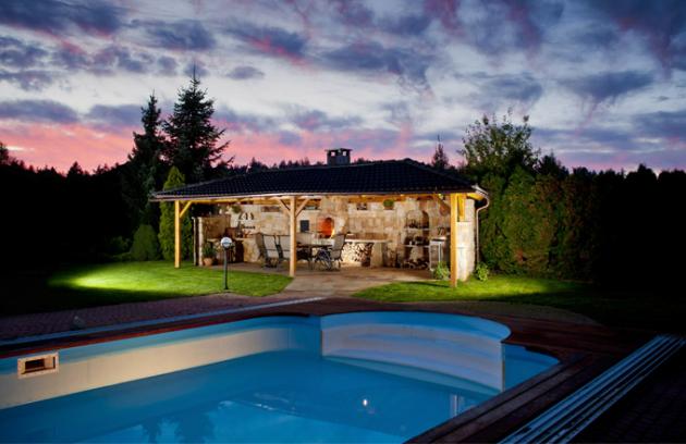 Letní kuchyně byla v tomto případě postavená do již existující zahrady. Její design se tak inspiroval okolím. Materiál ručně opracovaný pískovec, cena dle realizace, WWW. HRDINA-PISKOVCE. CZ