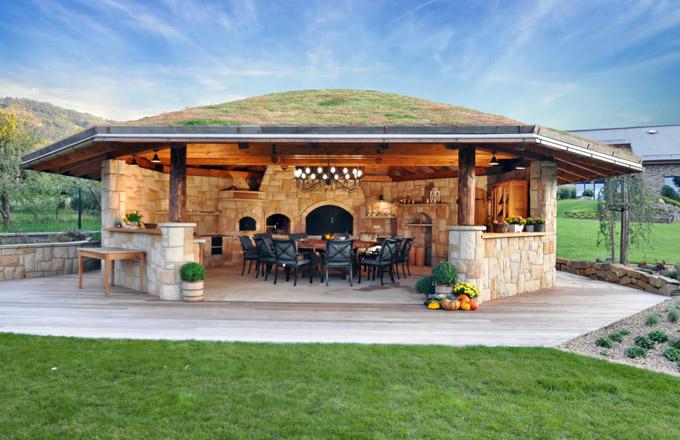 Netradiční pokrytí střechy kuchyně z pískovce pečlivě vybranou vegetační pokrývkou výborně zapadá do celkového pohledu zahrady a mění se s ročními obdobími. Cena realizace na dotaz, WWW. HRDINA-PISKOVCE. CZ