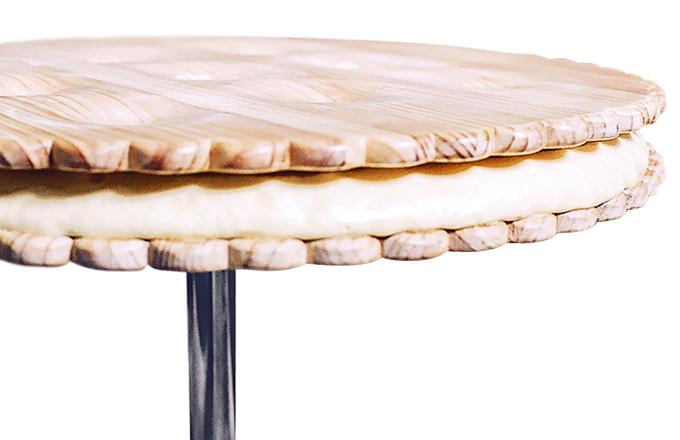 Sušenka je vyrobená ze dřeva, kovu a místo sladkého krému vás překvapí polyuretan. Stolek pochází ze série fine dining konceptů určených do kreativní kuchyně.