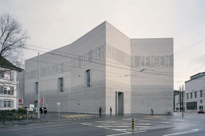 """Brick Award 2018: Dostavba Muzea umění, Basilej, Švýcarsko Architekt: Christ - Gantenbein, Švýcarsko Použitý materiál: lícové cihly, keramické tvárnice Nový objekt navazující na historickou budovu používá elementární základní tvary a stavební prvky. Ve fasádě ze světle šedých ražených cihel s plastickými horizontálními drážkami je integrováno LED osvětlení, které vytváří na fasádě světelné """"nápisy"""" informující o právě probíhajících výstavách. 2"""