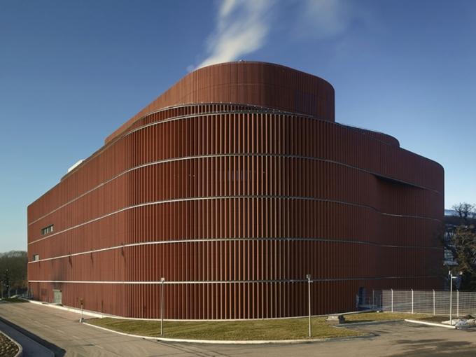 Brick Award 2018: Värtan, kogenerační jednotka na biopalivo, Stockholm, Švédsko Architekti: U. D. Urban Design AB, Švédsko, Gottlieb Paludan Architects, Dánsko Použitý materiál: keramické fasádní tvarovky V budově je umístěna největší městská kogenerační jednotka na bioplyn na světě, která významně přispívá ke snížení uhlíkové stopy města. Organicky tvarovaný obvodový plášť z vertikálně orientovaných keramických tvarovek vytváří jedinečný vzhled a tlumí hluk.