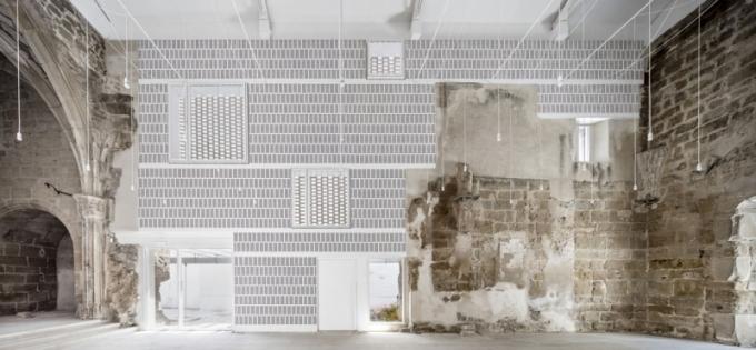 Brick Award 2018: Starý kostel ve Vilanova de la Barca, Lleida, Španělsko Architekt: AleaOlea Architeture & Landscape, Španělsko Použitý materiál: lícové cihly, pálené střešní tašky Rekonstrukce a dostavba kamenného kostela ze 13. století, zničeného během španělské občanské války, s použitím pálených keramických cihel a tašek ukazuje univerzálnost a přizpůsobivost tohoto materiálu. Představuje neobvyklý přístup k historické architektuře a unikátní dialog mezi minulostí a současností.