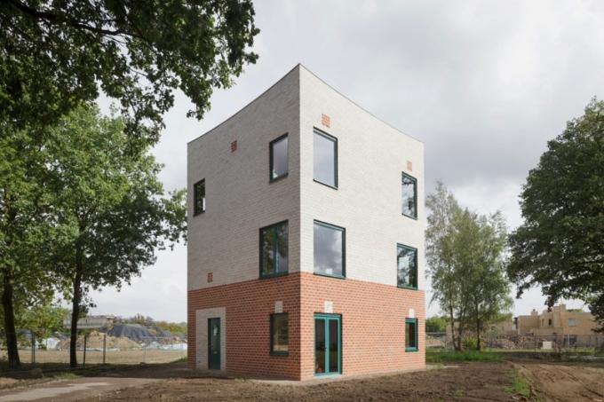 Brick Award 2018: Rodinný dům Atlas House, Eindhoven, Holandsko Architekti: MONADNOCK, Holandsko Použitý materiál: lícové cihly Třípodlažní rodinný dům na malé zastavěné ploše je perfektním příkladem příjemného, komfortního a zároveň trvale udržitelného bydlení. Použití cihel v exteriéru i v interiéru je promyšleno do detailu a dokonale souzní s domem.