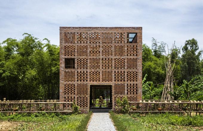 Brick Award 2018: Terra Cotta Studio, umělecká keramická dílna, Dien Phuong, Vietnam Architekti: Tropical Space, Vietnam Použitý materiál: keramické tvárnice Keramická dílna na břehu řeky slouží částečně i k rodinnému bydlení. Perforované stěny z pálených cihel jsou nejen zajímavě dekorativní – přivádějí dovnitř rozptýlené světlo, ve vlhkém prostředí u řeky umožňují provětrávání a vytvářejí optimální klima pro práci i pro samotné keramické výrobky.