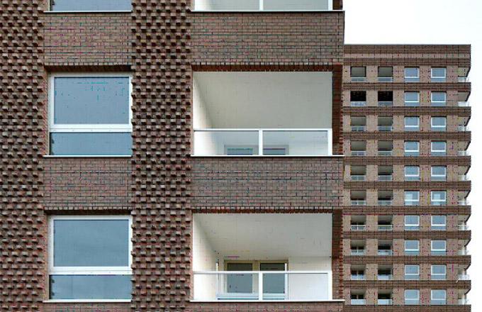 Brick Award 2018: Bytové domy Westkaai Towers 5 a 6, Antverpy, Belgie Architekt: Tony Fretton Architects, Velká Británie, ve spolupráci s ateliérem De Architekten NV Použitý materiál: lícové cihly Bytové domy jsou součástí většího rezidenčního projektu ve smíšené zástavbě. Nápadité použití lícových cihel dodalo stavbě působivý výraz a originalitu.