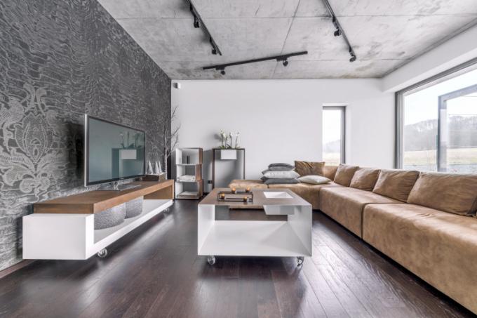 S ostatním vybavením barevně dokonale sladěnou sedací soupravu (Kare) doplňuje na míru zhotovený kovový stoleček na kolečkách, stolek pod televizorem, květinový stolek i poličkový modul (vše Vladan Běhal Design)