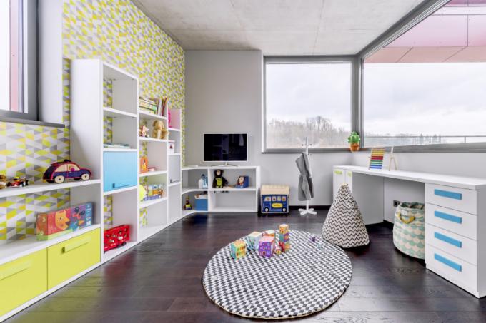Pokoje všem dětem navrhla Martina Konštiaková ze studia Space4kids a vybavila je individuální sestavou skladebného a velmi variabilního nábytku z lamina španělského výrobce JJP. Drobné doplňky – vaky či koše – nesou značku Nobodinoz